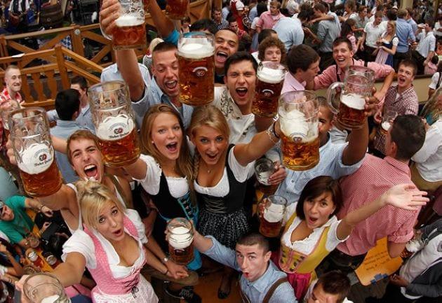 homens mulheres oktoberfest  Conheça Blumenau e vá na Oktoberfest